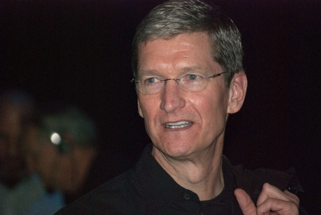 Shareholders Cut Apple CEO Pay For Low 2016 Sales