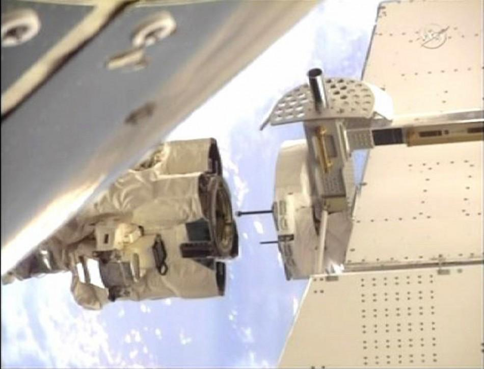 The International Space Station's robot arm closes in on the grapple pin on the Alpha Magnetic Spectrometer. 19/05/2011
