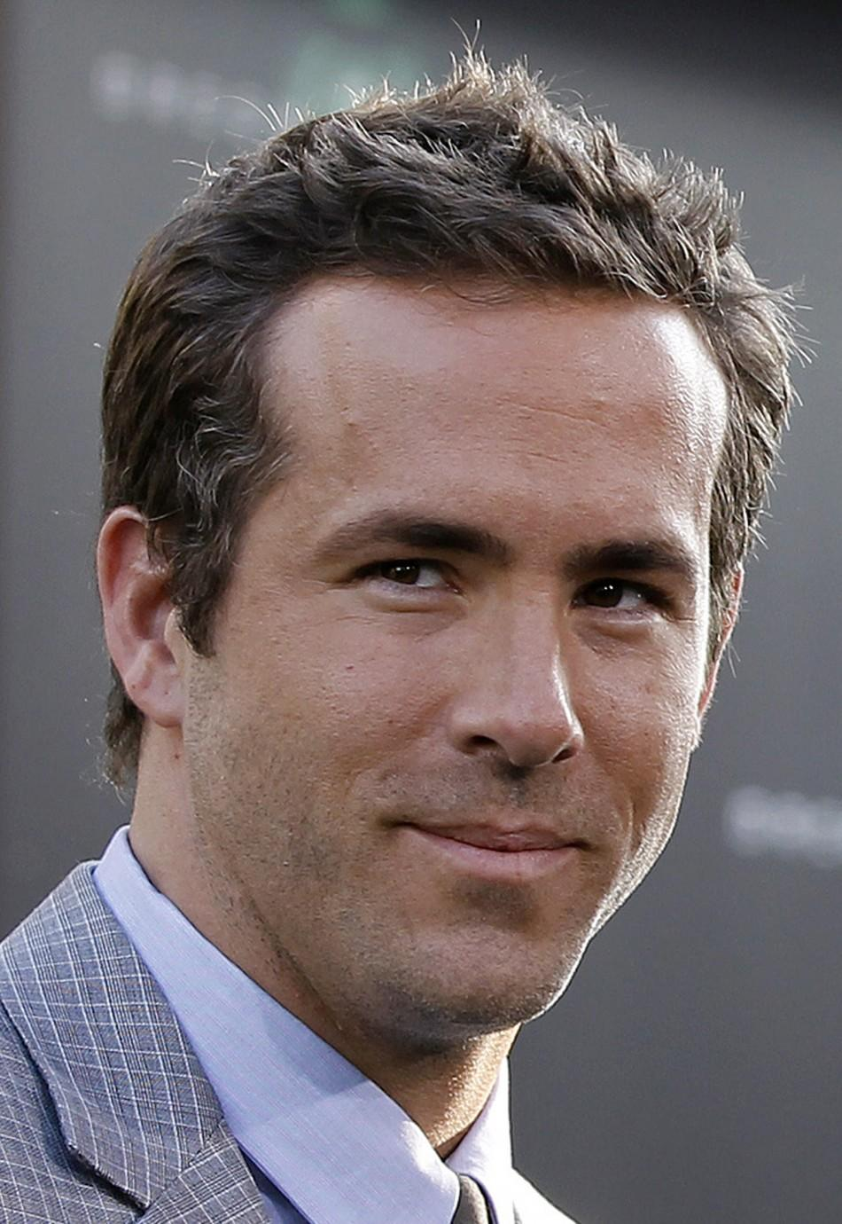 "Cast member Ryan Reynolds poses at the premiere of ""Green Lantern"" at the Grauman's Chinese theatre in Hollywood, California June 15, 2011."