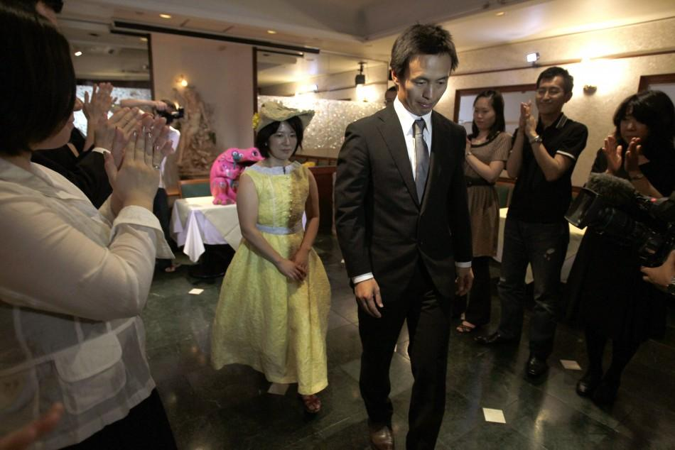 Japanese couple hit wedding ring with hammer:end marriage after Tsunami