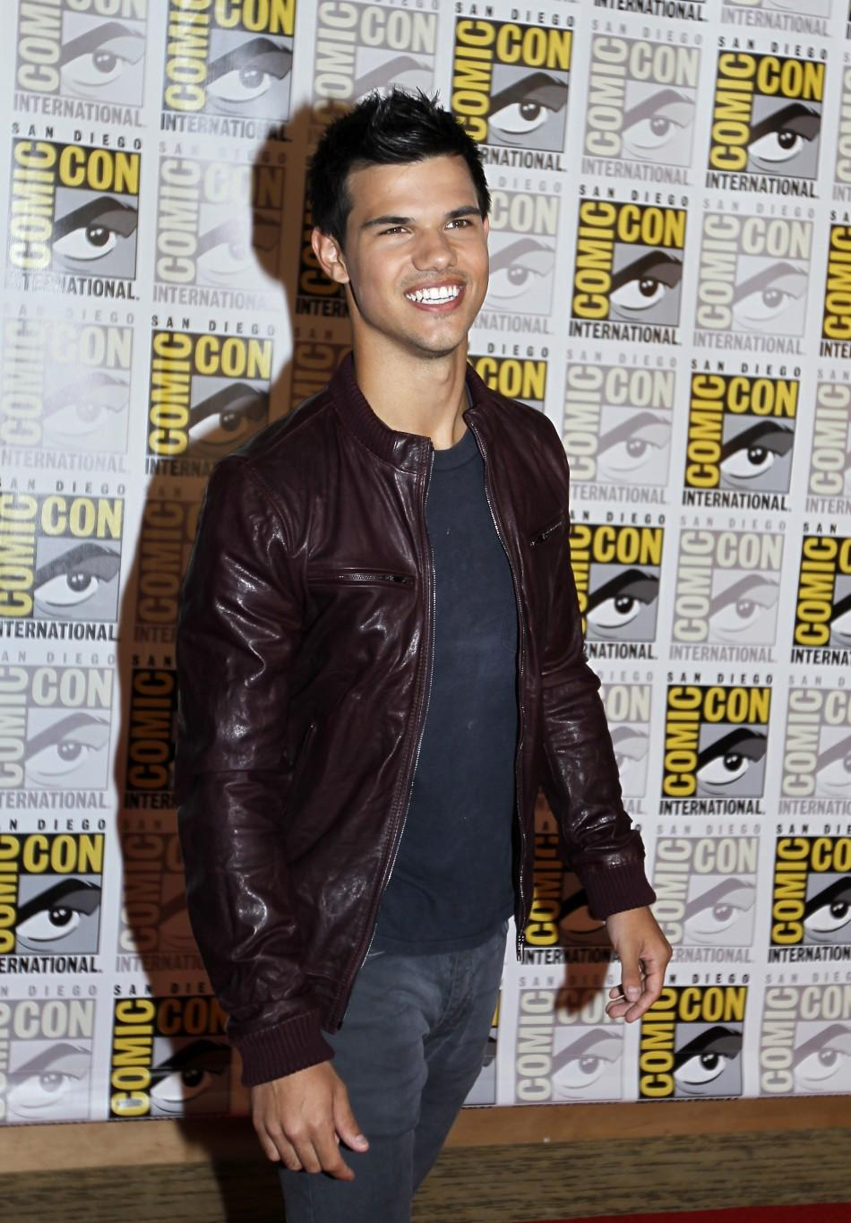 """Taylor Lautner poses to promote """"Breaking Dawn"""" from the Twilight Saga at Comic Con in San Diego"""