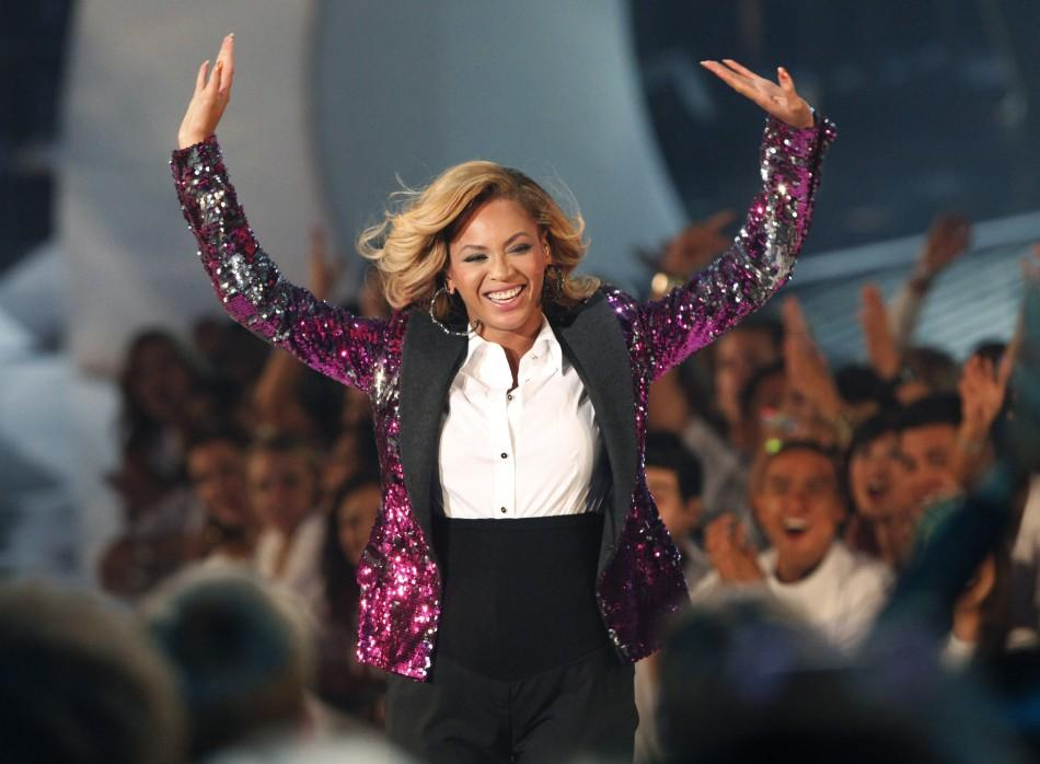 """Singer Beyonce waves to fans after performing """"Love On Top"""" at the 2011 MTV Video Music Awards in Los Angeles"""