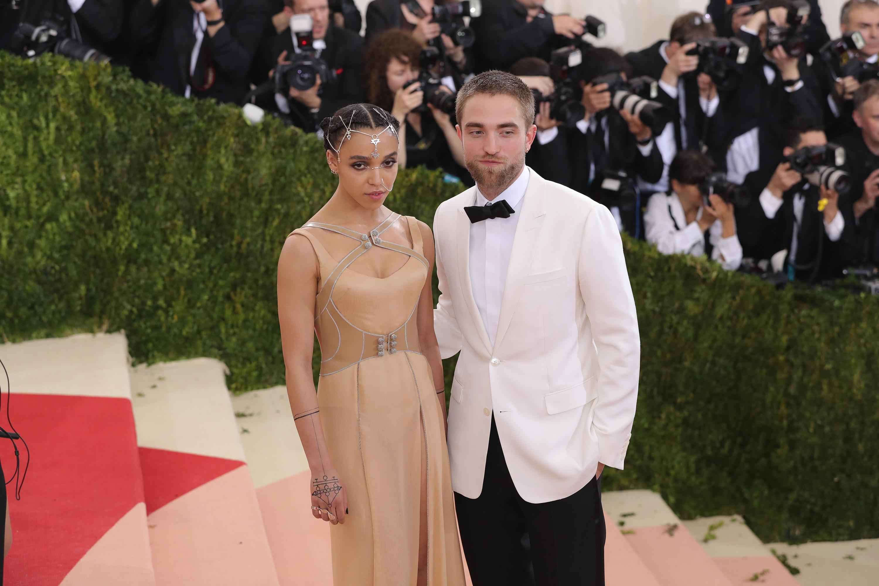 When did fka twigs and robert pattinson started dating