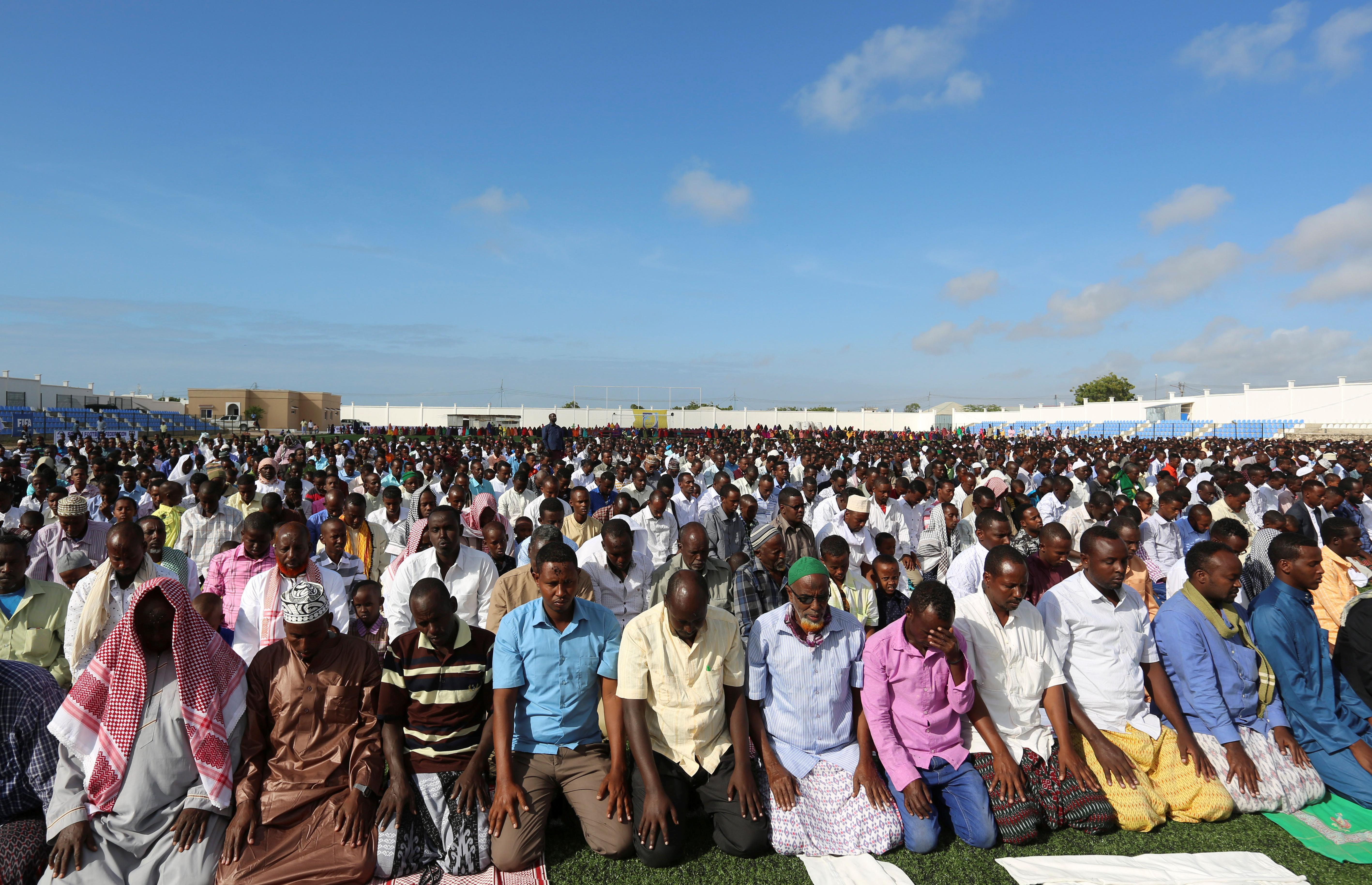 Muslims attend an Eid al-Adha mass prayer marking the end of the hajj pilgrimage in Somalia's capital Mogadishu, Sept. 12, 2016. Photo: REUTERS/Feisal Omar