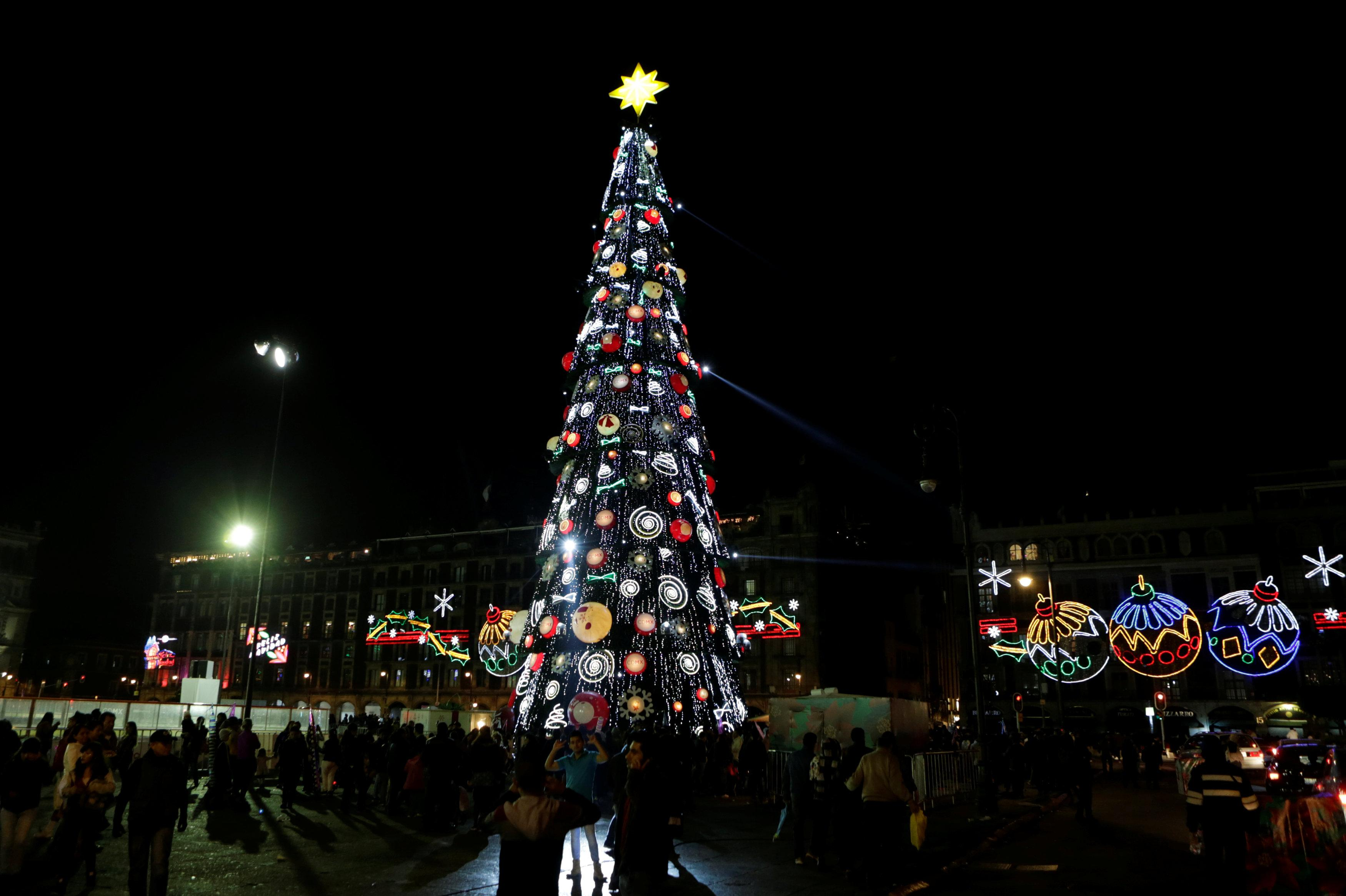 what is nochebuena food and everything to know about the hispanic christmas eve tradition. Black Bedroom Furniture Sets. Home Design Ideas