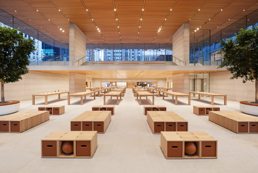 Apple opens up Michigan Avenue store