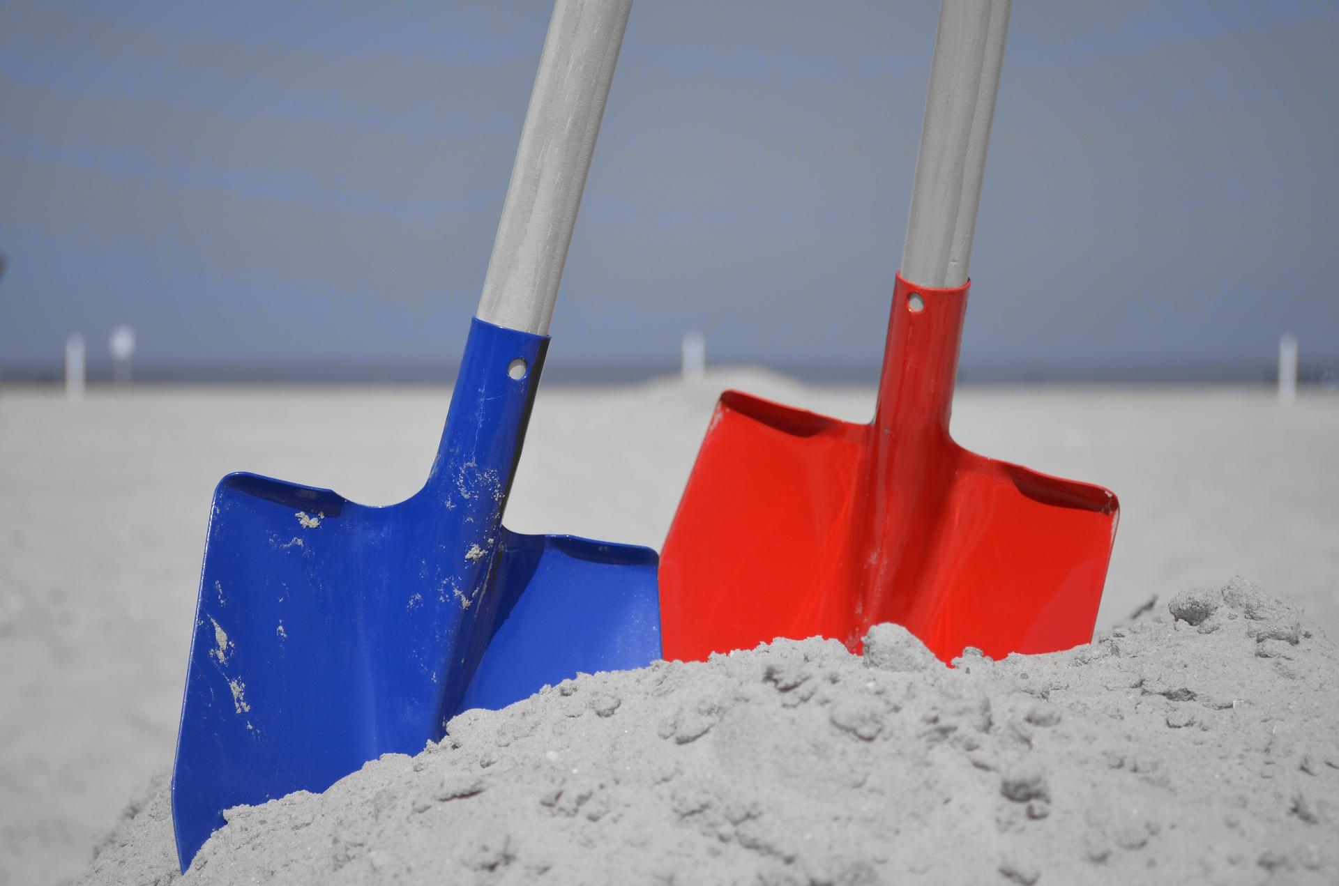 Man in critical condition after sand tunnel he dug buried - Chaise rouge et bleue ...