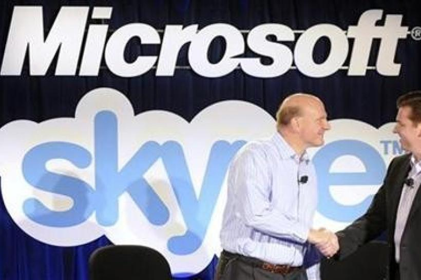 Microsoft Chief Executive Officer (CEO) Steve Ballmer (L) and Skype CEO Tony Bates shake hands at their joint news conference in San Francisco, May 10, 2011.