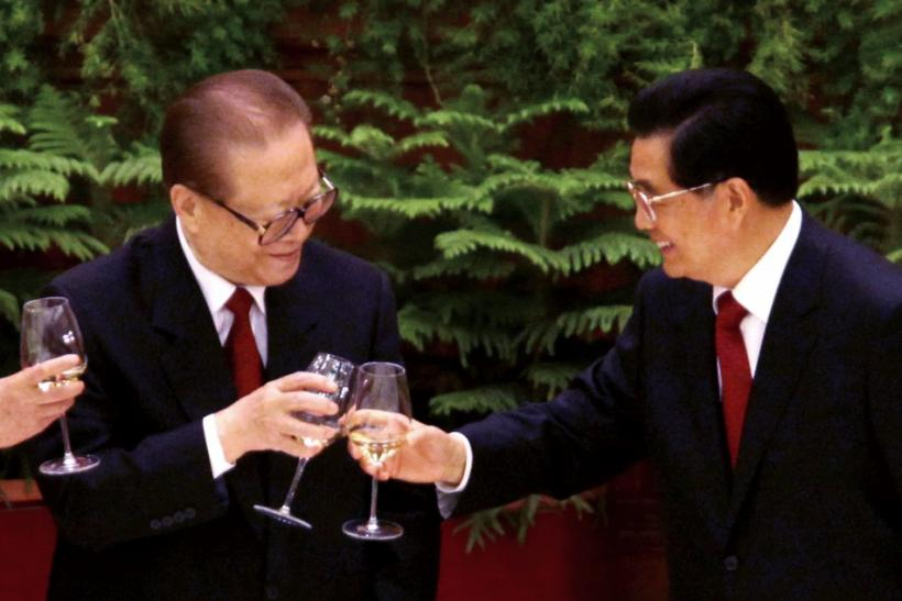 Chinese President Hu Jintao (R) and former president Jiang Zemin toast during a banquet marking the 60th anniversary of the founding of the People's Republic of China at the Great Hall of the People in Beijing September 30, 2009