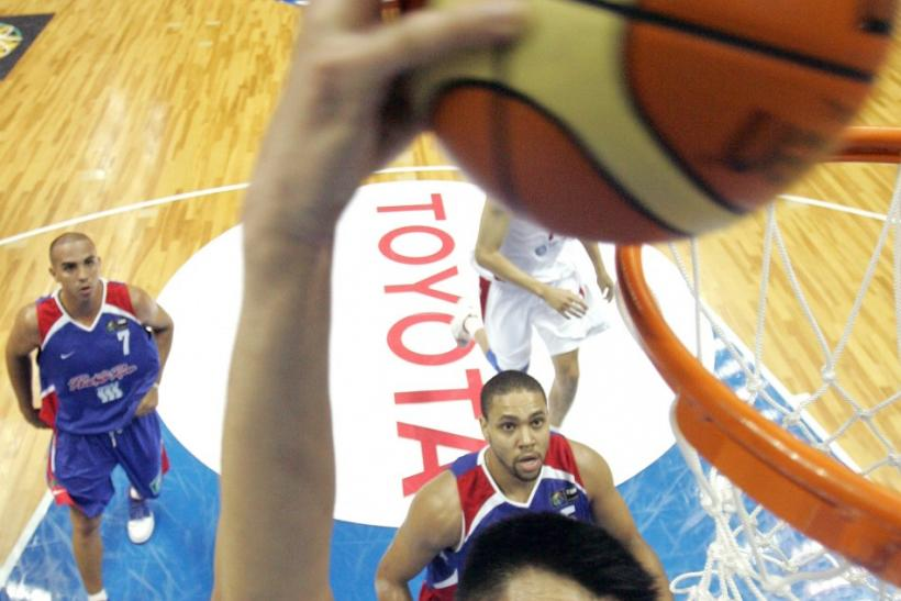China's Yao slam dunks during their first round defeat to Puerto Rico during world basketball championships in Sapporo