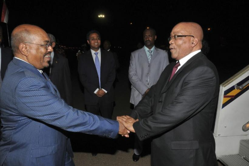 Sudan's President Omar Hassan al-Bashir (L) welcomes South Africa's President Jacob Zuma