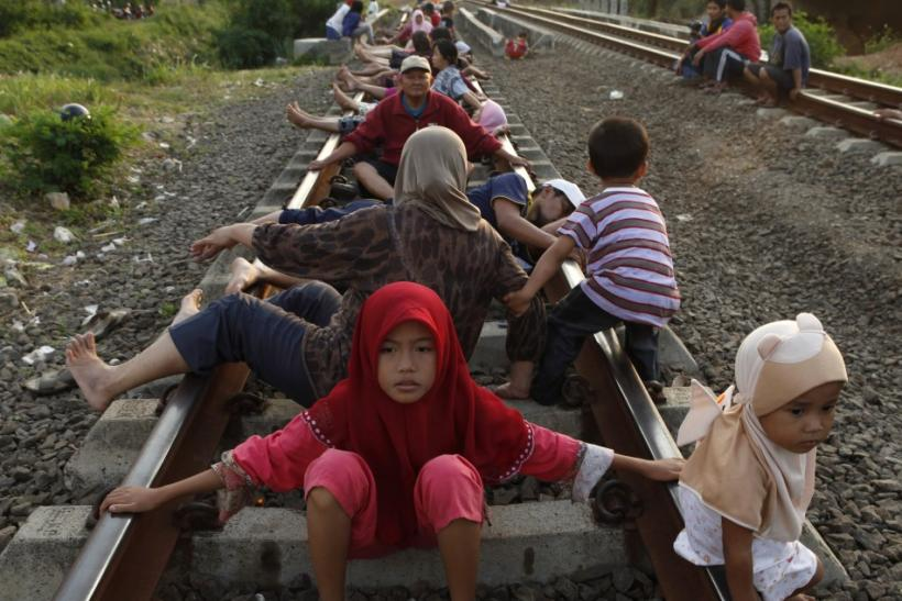 """Railway Therapy"" in Indonesia: Lie on the tracks"
