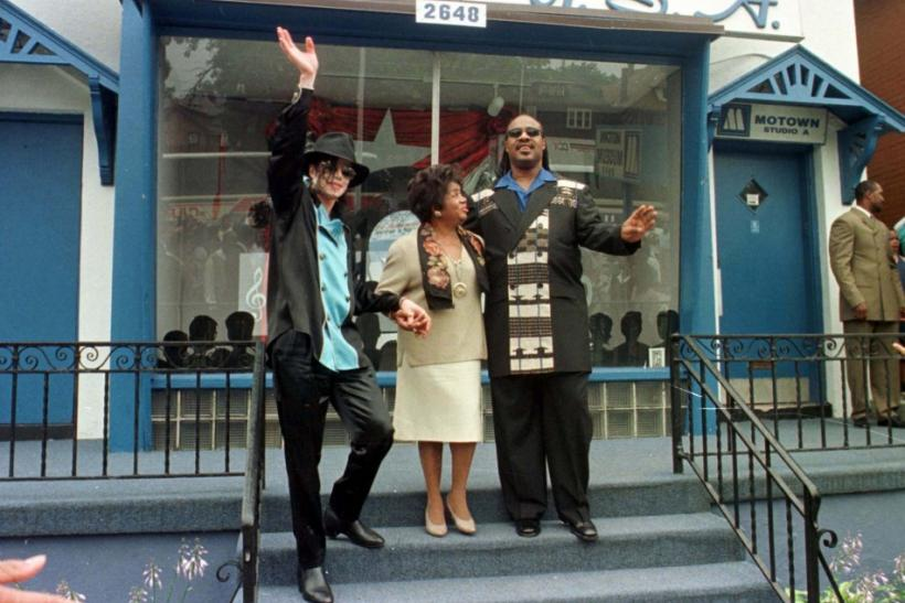 Music stars Michael Jackson (L) and Stevie Wonder (R) along with Esther Gordy Edwards (C), sister of..