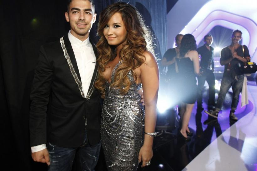 Singers Joe Jonas and Demi Lovato (R) arrive at the 2011 MTV Video Music Awards in Los Angeles