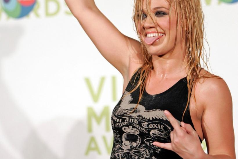 Singer Kelly Clarkson celebrates her awards for Best Female and Best Pop video at 2005 MTV Video Music Awards.