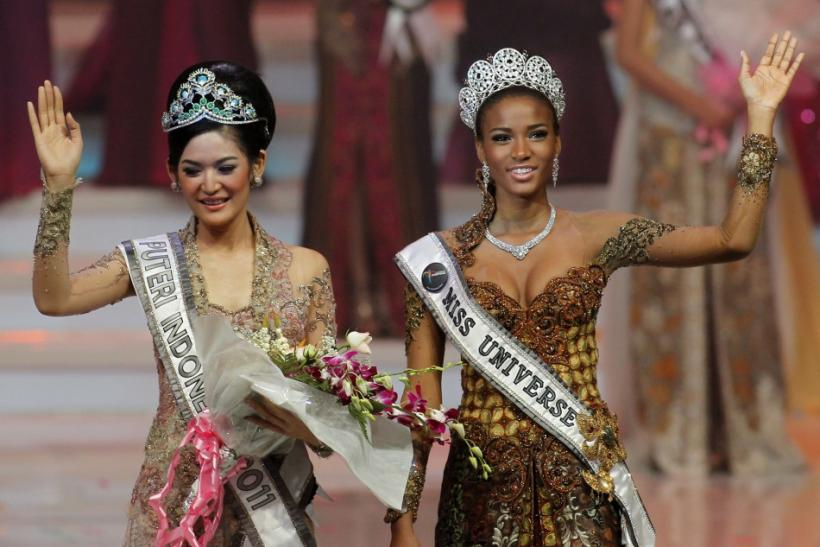 Miss Universe 2011 Leila Lopes of Angola (R) poses with Maria Selena from Central Java province, winner of the Miss Indonesia beauty contest, during the pageant's final in Jakarta