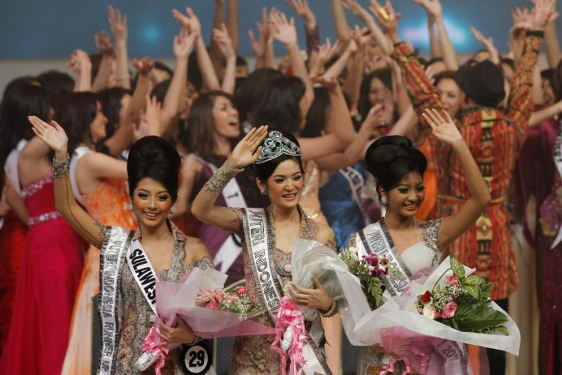 Winner of the Miss Indonesia beauty contest Maria Selena (C) from Central Java province poses with runner-up Liza Elly P. (R) from East Java province and the second runner-up Andi Tenri Natassa from South Sulawesi province, during the pageant's final in J