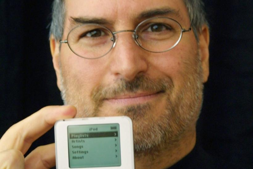 Steve Jobs holding the first-gen iPod