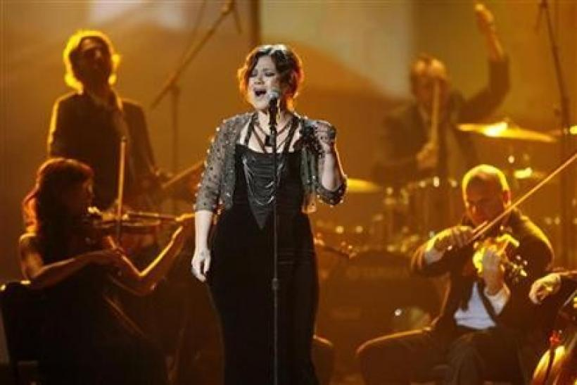 Kelly Clarkson performs ''Already Gone'' at the 2009 American Music Awards in Los Angeles, California