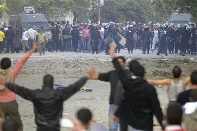 Egyptian riot police clash with protesters at Tahrir Square in Cairo
