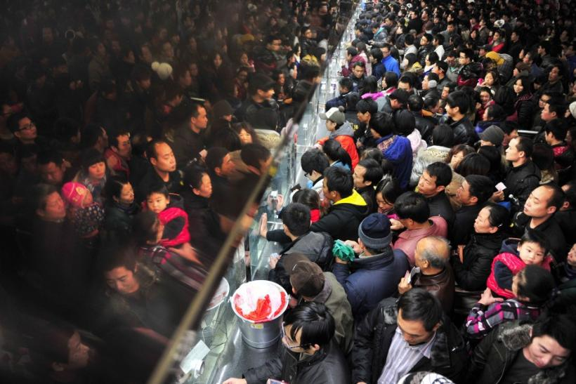 Hundreds of Chinese que up to buy a train ticket
