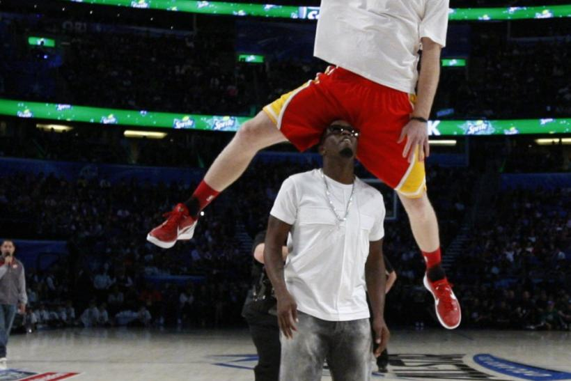 Rockets' Budinger dunks over rapper Diddy