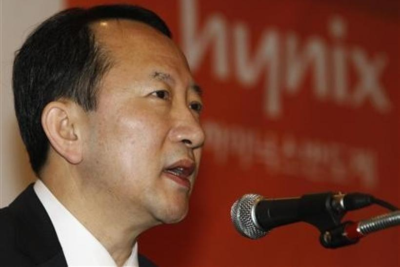 Kwon Oh-Chul, CEO of South Korean chipmaker Hynix Semiconductor, speaks during a news conference in Seoul March 13, 2012. Hynix Semiconductor Inc , the world's No.2 memory chipmaker, said on Tuesday that it has seen marked growth in customer enquirie