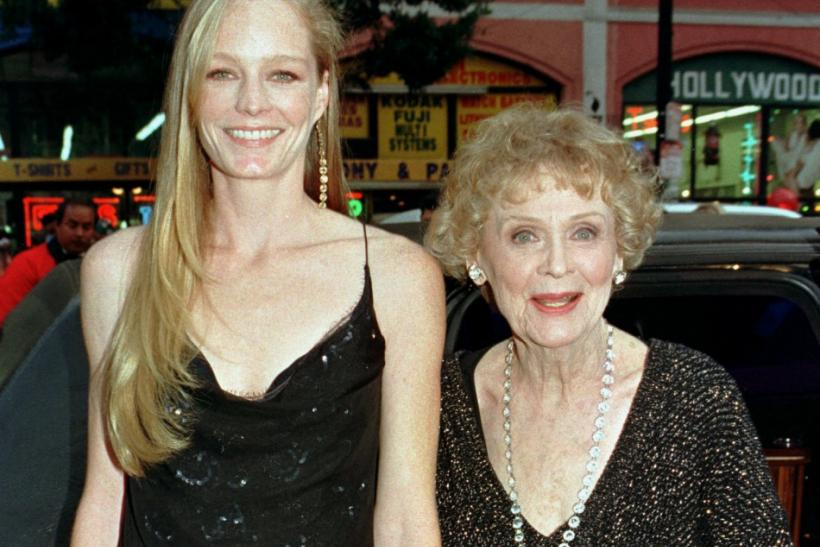 "Actresses Suzy Amis (L) and Gloria Stuart arrive for the premiere of the new film ""Titanic"" December 14 at Mann's Chinese Theatre in Hollywood. ""Titanic"" directed and produced by James Cameron cost $200 million to produce tells the sto"