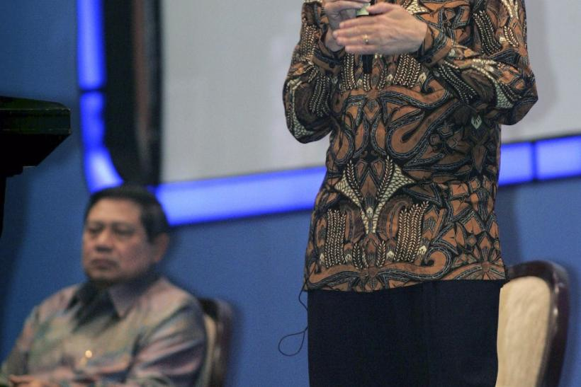 Microsoft Corp Chairman Bill Gates (R) accompanied by Indonesian president Susilo Bambang Yudhoyono speaks during a presidential lecture held by Indonesian Chamber of Commerce and Industry in Jakarta May 9, 2008.