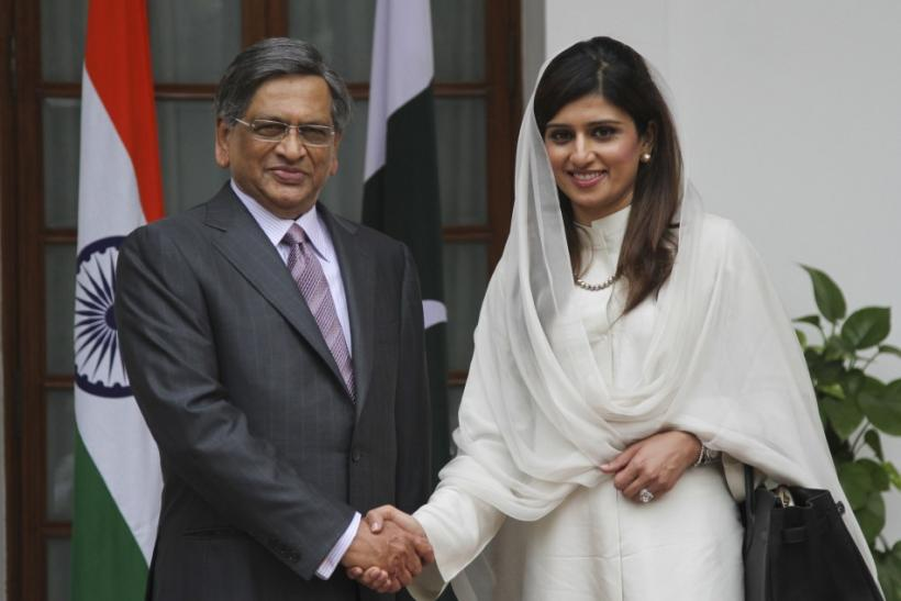 Pakistan's FM Khar shakes hands with Indian counterpart Krishna before their meeting in New Delhi