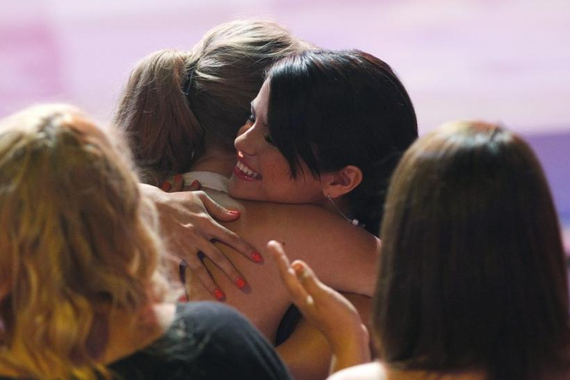 Swift hugs Gomez as being declared winner of the Ultimate Choice Award at the Teen Choice Awards in Universal City