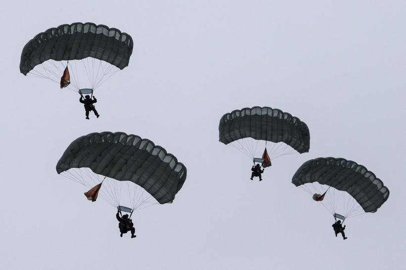 Russian-paratroopers