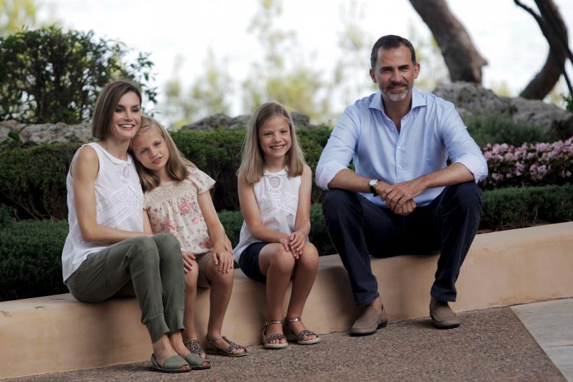 [14:58] Spain's King Felipe (R) and Queen Letizia (L) pose with their daughters Princess Leonor (2nd L) and Princess Sofia, during a photocall