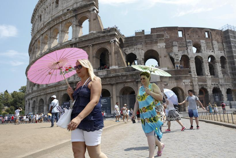 Rome Colosseum Tourist Vandal Foreigner Caught Carving
