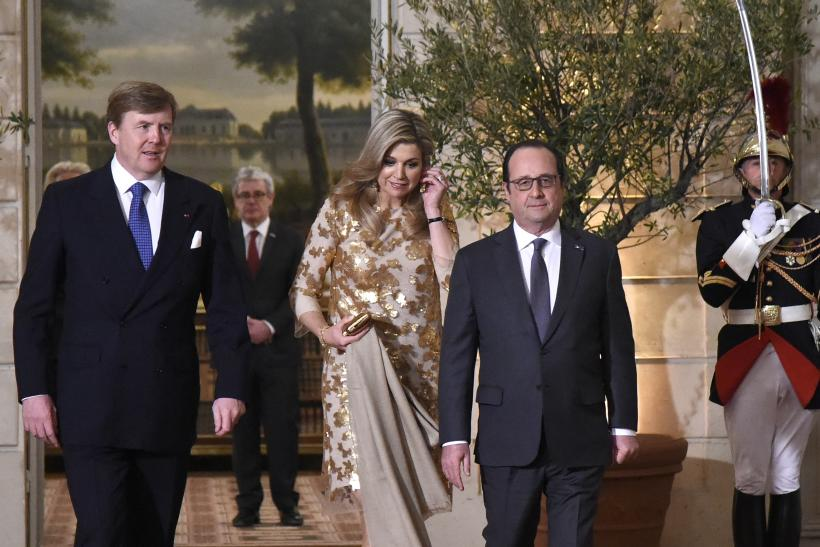 King Willem Alexander of the Netherlands (L) and Queen Maxima with French President Francois Hollande