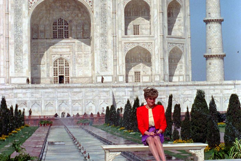 Lonely Di At The Taj Mahal