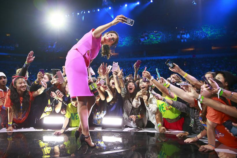 Pretty In Pink: Selena Gomez Delights The Fans And She's Not Alone ...