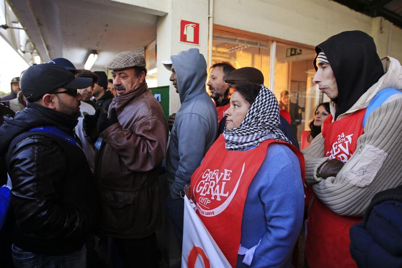 Protesters in Portugal joined in on harassing scabs, preventing co-workers at a glass factory who had decide not to join a solidarity strike from clocking in.