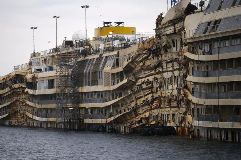 Parbuckling Costa Concordia side angle