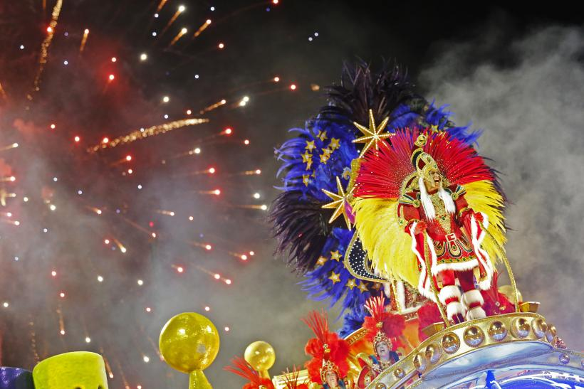 Rio 2014 Carnival Float Red Blue