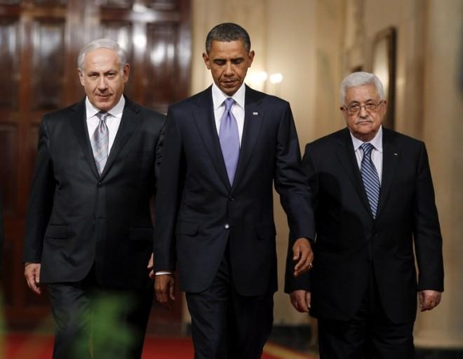 U.S. President Barack Obama walks down Cross Hall with Israeli Prime Minister Benjamin Netanyahu (L) and Palestinian President Mahmoud Abbas to make joint statements in the East Room of the White House in Washington September 1, 2010.