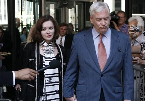 Conrad Black leaves a bail hearing with his wife, Barbara Amiel Black, in Chicago July 23, 2010