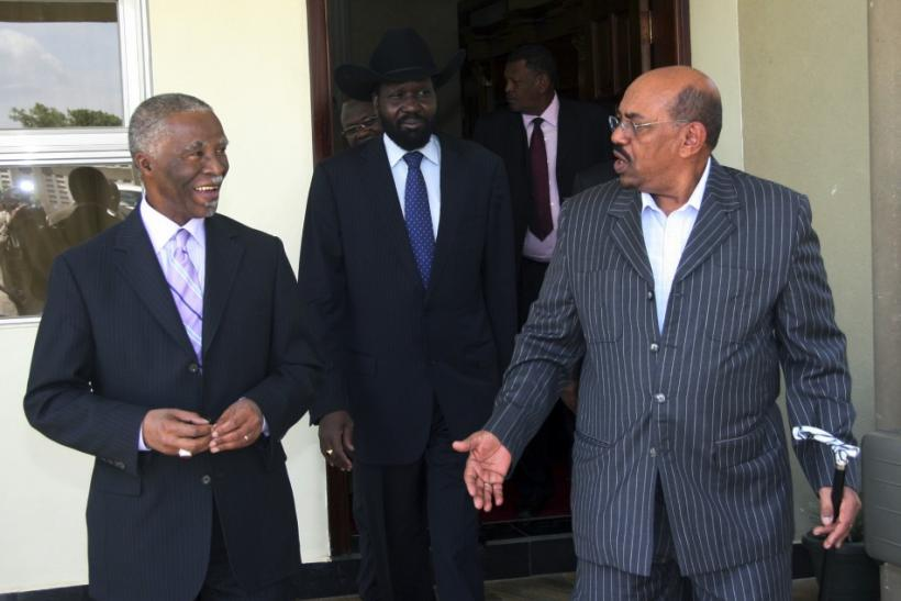 Sudan's President Omar al-Bashir (R) walks out with former South African President Thabo Mbeki and First Vice President of Sudan and President of the Government of Southern Sudan Salva Kiir Mayardit after a meeting, in Juba