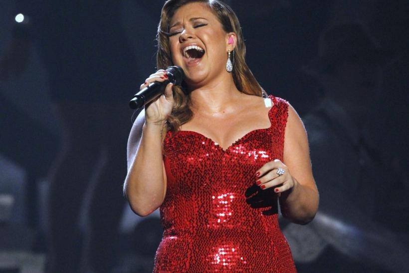 Kelly Clarkson Engaged? Ring Spotted on Singer's Finger at 2012 Grammys