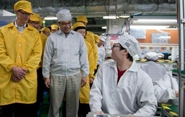 Apple CEO Cook visits the iPhone production line at the newly built Foxconn Zhengzhou Technology Park