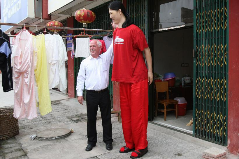 """World's Tallest Woman Dies: 7'8"""" Yao Defen Of China Dead ..."""