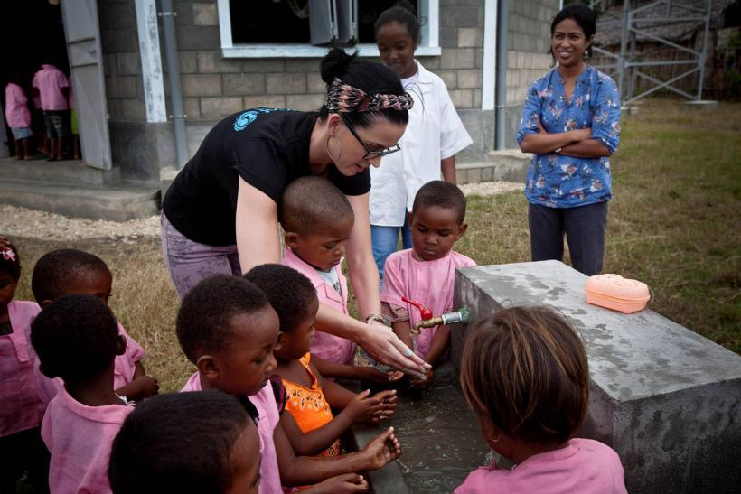 Katy Perry washes her hands with kids in Madagascar