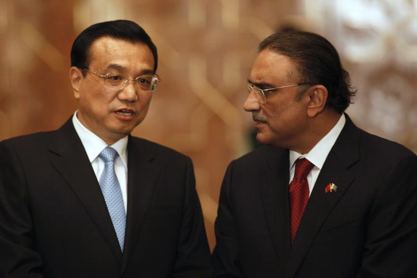 Chinese Premier Li Keqiang (L) talks with Pakistan's President Asif Ali Zardari during an agreement ceremony at President House in Islamabad