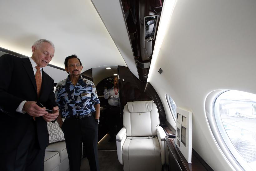 The Sultan of Brunei talks with Gulfstream's Regional Senior Vice President