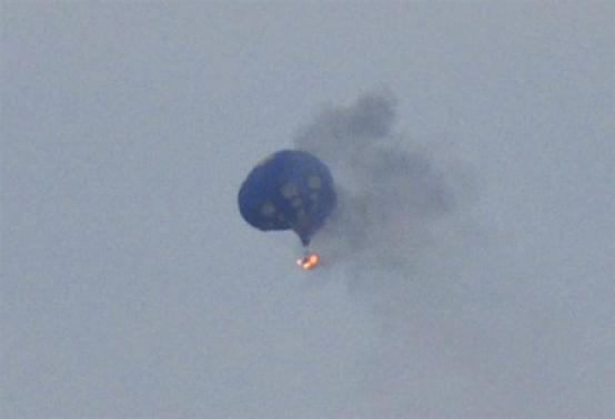 A hot air balloon on fire is pictured north of Richmond, Virginia, May 9, 2014, in this handout photo courtesy of Lynn Shultz. Credit: REUTERS/Lynn Shultz/Handout via Reuters